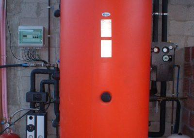 Calefacción por suelo radiante y agua caliente sanitaria con energía solar térmica por colectores de tubos de vacío y preinstalación de recuperación de calor de una cocina de lecha.