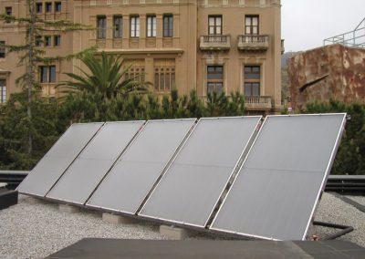 Instalador de paneles solares en Barcelona para agua caliente y piscina en un colegio