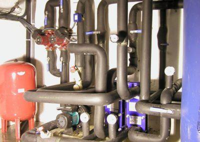 Sala de bombas de una instalación de energía solar térmica para agua caliente para las duchas y calentamiento de la piscina de un colegio en Barcelona.