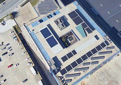 Instalación fotovoltaica en una nave industrial en la provincia de Barcelona. Aparcamiento con marquesinas fotovoltaicas, en instalaciones de placas fotovoltaicas sobre suelo.