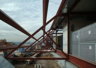 Montaje de la estructura a medida para una instalación de placas fotovoltaicas en Barcelona, para la venta de electricidad a red.