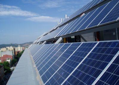 Instalación fotovoltaica a red de 25 kWn en Sabadell Barcelona. Montaje de placas fotovoltaicas.