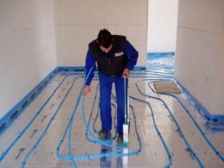 Instalador suelo radiante calefacción con bomba de calor.