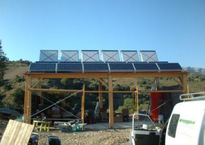 Fotovoltaica autoconsumo y energía solar térmica con colector de tubos de vacío, para calefacción por suelo radiante y agua caliente sanitaria.