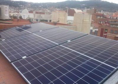 Instal·lador de plaques solars en Barcelona, Mataró. Instal·lació fotovoltaica per a autoconsum en aerotermia i carregador de cotxe elèctric.