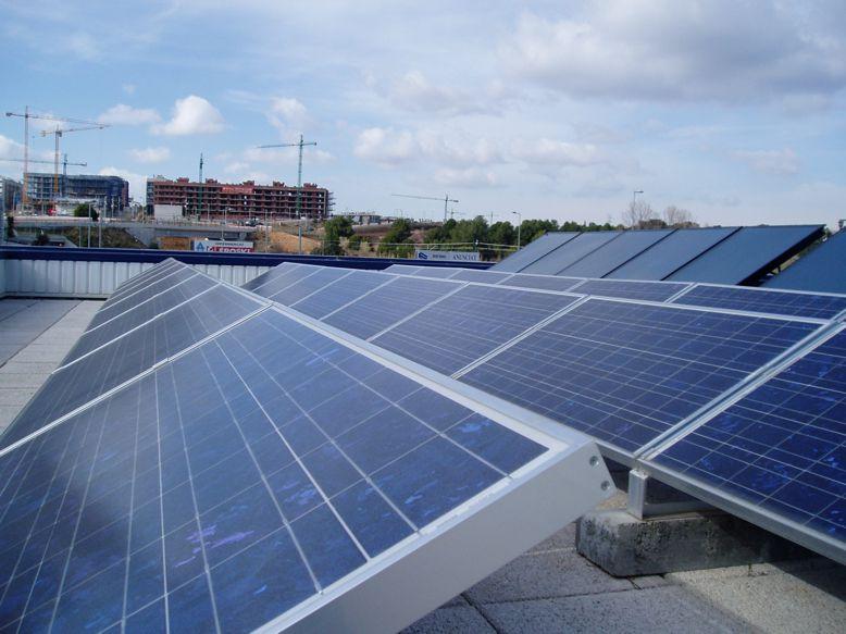 Solar fotovoltaica en Barcelona, Sant Cugat. Con 3.96 kWp de potencia en instalación de paneles solares e inversor de 5kWn, tiene una producción anual estimada de 4.859 kWh.