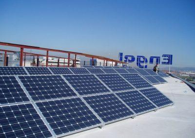 Parking Fotovoltaico en Barcelona de 95 kWn sobre suelo, tejado y pérgolas del estacionamiento. Módulo silício monocristalino Sharp.