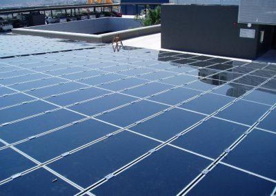 Pérgola fotovoltaica 95 kWn aparcamiento vehículos en Barcelona. Módulos de capa fina First Solar 70 wp