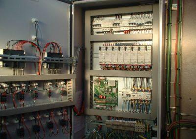 Cuadro de regulación y control de diseño y fabricación propia. Dispone de 2 plc programados con algoritmos de optimización de la energía solar y el control proporcional tanto en la producción como en la mezcla de agua caliente.