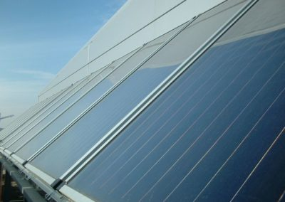 Instalación energía solar térmica para agua caliente en un edificio de oficinas en Barcelona, vista placas solares.