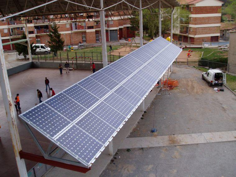 Instalación marquesina fotovoltaica con 5kWn en una pérgola de un polideportivo.