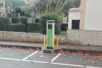 instalación cargador vehículo eléctrico en aparcamiento o estacionamiento público