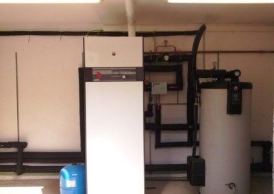 Sala de caldera con aportación de energía solar térmica de paneles solares en Argentona para una piscina. Realizado por ATEGA Instal·lacions S.L.L empresa instaladora de energía solar
